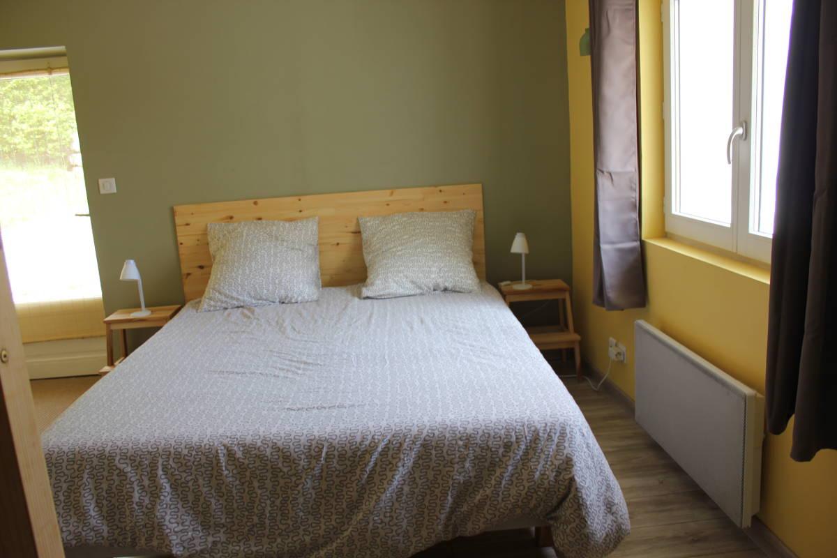 Gite Léoux - Chambre avec lit double et 2 lits superposés