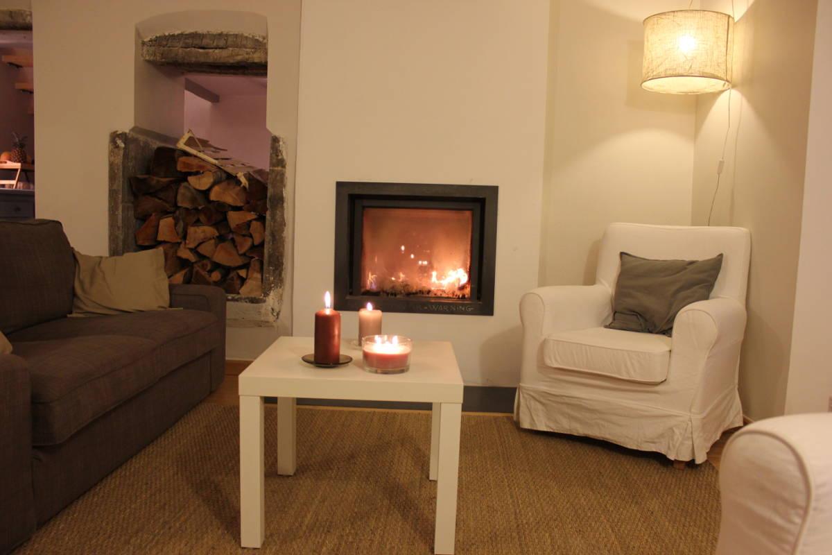 Gite Léoux - Le salon et la cheminée pour votre espace détente