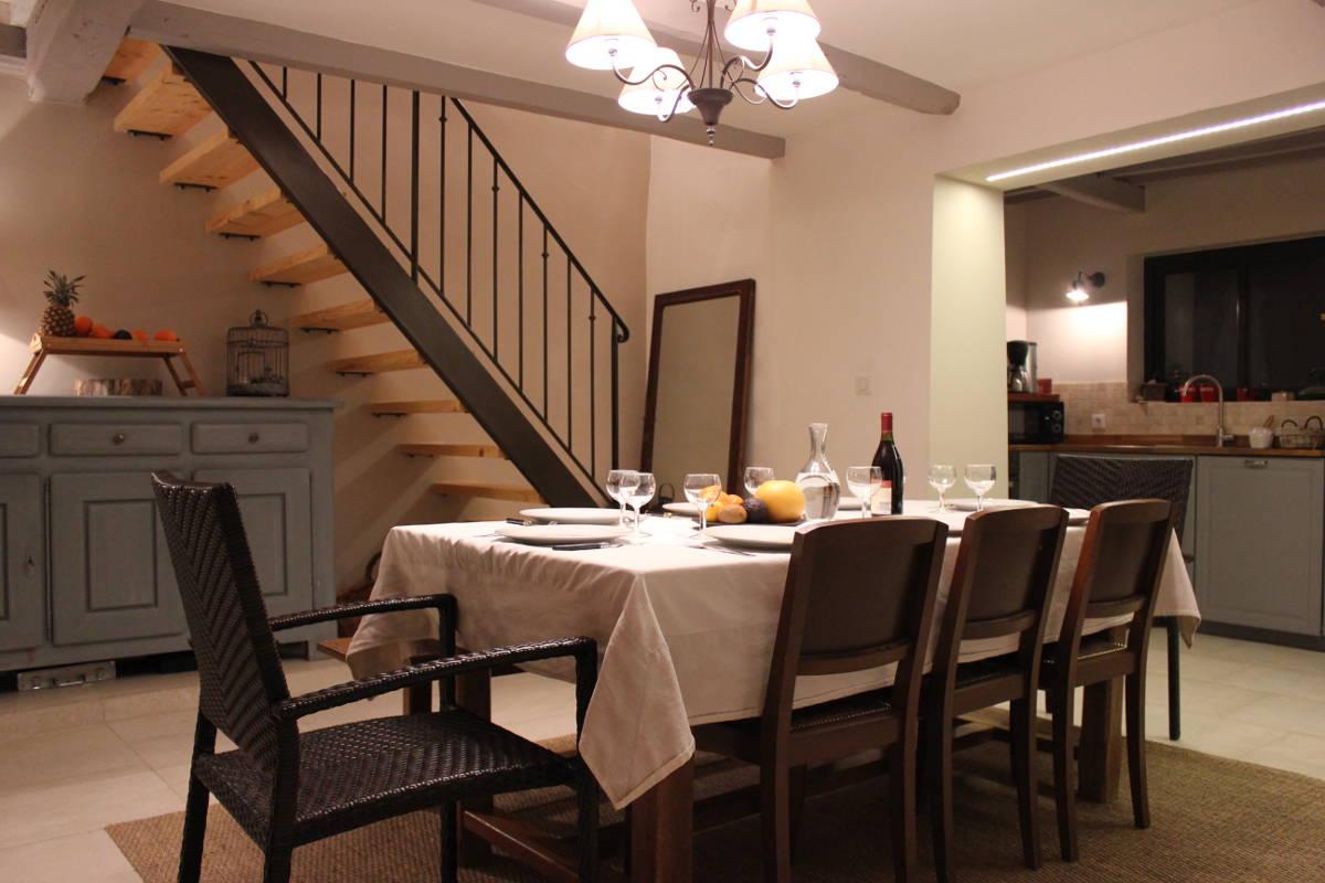 Gite Léoux - Dans le séjour, partagez votre repas autour d'une belle table