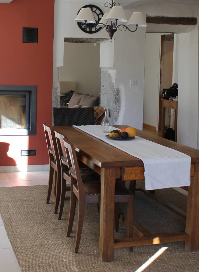 Gite Léoux - Le séjour et sa grande table en bois massif